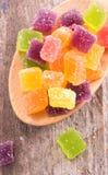 颜色在木背景的果冻糖果 库存照片