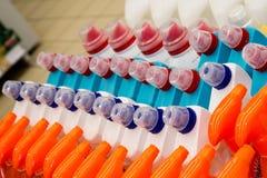 颜色塑料瓶连续 瓶洗涤剂在商店 免版税图库摄影