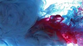 颜色墨水下落在水中 蓝色,深蓝,红颜色传播 股票录像