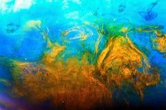 颜色墨水在水中溶化,抽象 在黄色和蓝色颜色 免版税库存图片