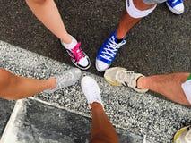 颜色奔跑穿上鞋子队 免版税库存照片