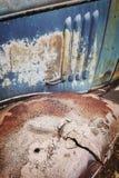 颜色定了调子一个老破裂的生锈的汽车防御者 图库摄影