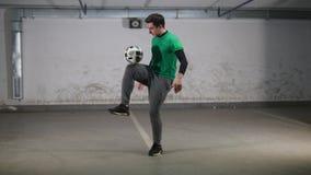 颜色对比地下作用停车 年轻灵巧的足球人训练橄榄球把戏 股票录像