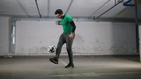 颜色对比地下作用停车 年轻灵巧的足球人训练橄榄球把戏 插入球 股票视频