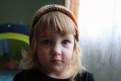 颜色帽子的女孩 免版税库存照片