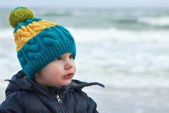 颜色帽子的男孩在海滩 免版税库存图片