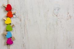 颜色心脏彩虹在白色木背景的 库存照片