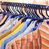 颜色挂衣架混合衬衣关系 库存图片