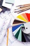 颜色指南、刷子和铅笔在图纸 免版税库存照片