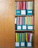 颜色文件夹在办公室碗柜 免版税库存图片