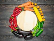 颜色新鲜的水果和蔬菜的排序的桌安排各种各样的 图库摄影