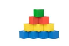 颜色木金字塔的正面图 免版税图库摄影