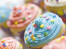 颜色杯形蛋糕 免版税库存照片