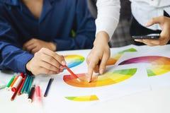 颜色样片ux设计编辑想法概念的图表设计师亚洲人 库存照片