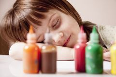 颜色梦想概念 睡觉与颜色油漆的愉快的矮小的逗人喜爱的女孩 库存照片