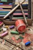 颜色油漆、蜡笔和铅笔 免版税库存图片