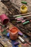 颜色油漆、蜡笔和铅笔 库存图片