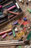 颜色油漆、蜡笔和铅笔 库存照片