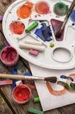 颜色油漆、蜡笔和铅笔 免版税库存照片