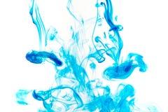 颜色油漆下落在水中 打旋的墨水在水面下 免版税图库摄影