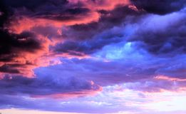 颜色混杂的人群在天空的!!! 库存图片