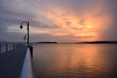 颜色爆炸在日落的在特拉西梅诺湖在翁布里亚- I 免版税库存照片
