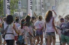 颜色的参加者跑跨过终点线 库存图片