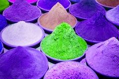 颜色着色染料在印地安市场紫色的粉末堆,紫罗兰色 免版税库存图片