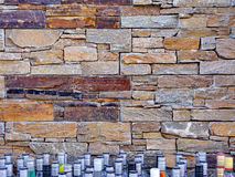 颜色砖墙和瓶 免版税库存照片