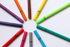 颜色笔 与在白色背景隔绝的颜色笔的堆 颜色背景纹理,毛毡笔活动 儿童学校乐趣蒂姆 免版税库存照片