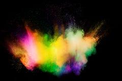 颜色粉末在黑背景的爆炸云彩 颜色微尘飞溅的冻结行动 库存图片