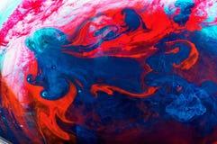 颜色红色和bluedisssolves在水中 库存照片