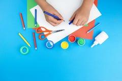 颜色纸、油漆和手 免版税库存照片
