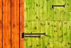 颜色给富有木装门 图库摄影