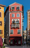 颜色老房子看法  免版税图库摄影