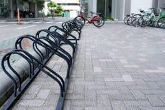 黑颜色自行车停车处在办公室 库存照片