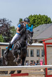 颜色被匹配的女骑士和马跳 库存照片