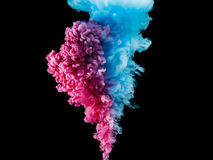 颜色被隔绝的飞溅墨水在黑背景 在水行动的抽象油漆 打旋的五颜六色的下落 免版税库存图片