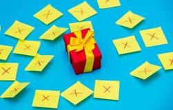 颜色贴纸和一个选择的礼物盒 库存图片