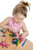 颜色逗人喜爱女孩彩色塑泥作用使用 免版税库存图片