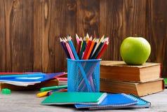 颜色铅笔和学校用品 免版税库存图片