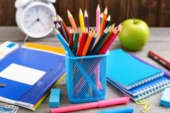 颜色铅笔和学校用品 免版税库存照片