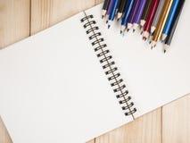颜色铅笔和笔记本11 免版税库存照片