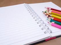 颜色铅笔和笔记本16 免版税库存图片