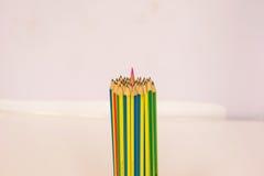 颜色铅笔捆绑铅笔的插入物中心 库存图片