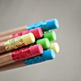 颜色铅笔行在灰色背景的 工作室 免版税库存图片