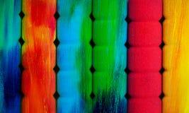 颜色铅笔行在灰色背景的 工作室 库存图片