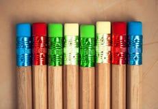 颜色铅笔行在灰色背景的 工作室 免版税图库摄影