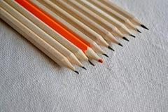 颜色铅笔,在人群概念外面的立场 库存图片