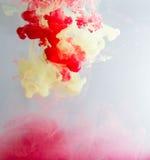 颜色颜料云彩在水中 库存图片